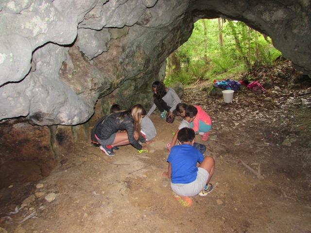 Niños en el Taller de Jóvenes arqueólogos en una cueva