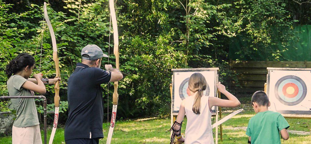 Familia practicando con el arco