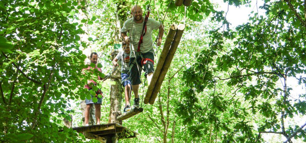 Grupo cuzado un puente de troncos en Selva Asturiana