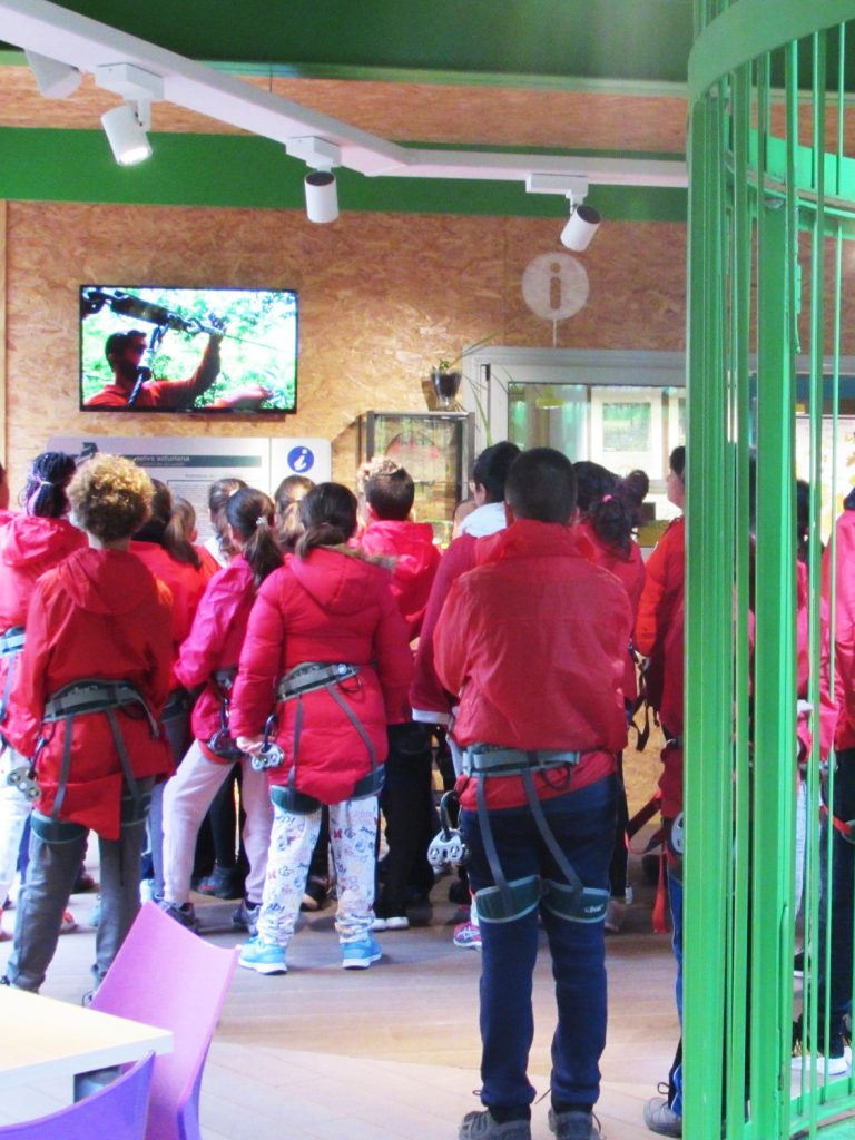Grupo atendiendo a las explicaciones en la televisión sobre normas de Selva Asturiana