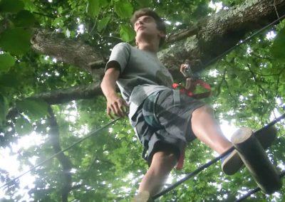 Chico curuzando un reto de Selva Asturiana