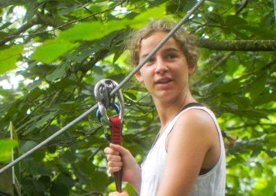 Niña preparada para lanzarse en tirolina en Selva Asturiana