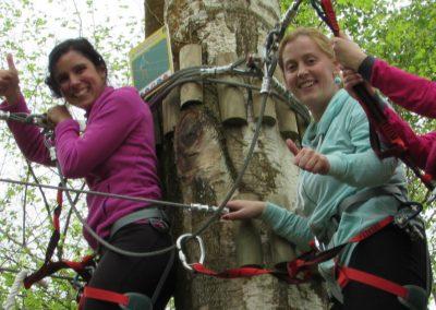 Tres chicas saludando desde plataforma en Selva Asturiana
