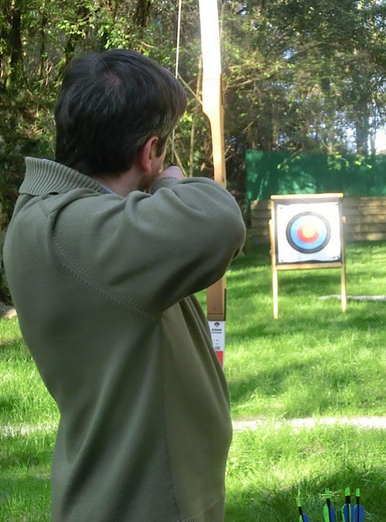 Hombre practicando tiro con arco